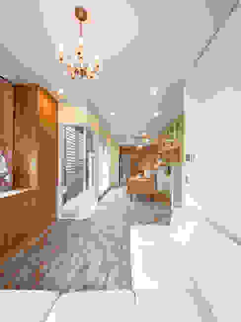 Shabby House-古着のような家-: atelier mが手掛けたリビングです。,クラシック