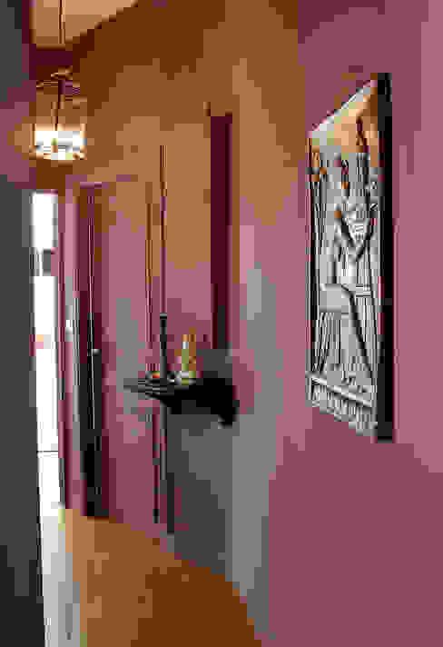 """ARGILE-Interieur matt (Wand) und Lack matt (Tür) im Farbton """"pourprin"""" Klassischer Flur, Diele & Treppenhaus von homify Klassisch"""
