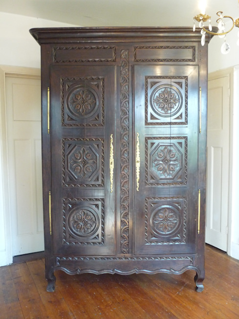 Large Carved Oak Antique French Armoire de homify Clásico