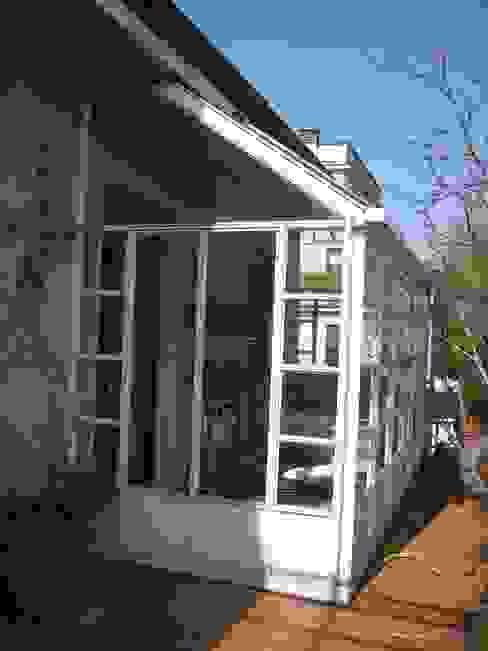 DUE ALLOGGI IN UNO IN CENTRO A MILANO Balcone, Veranda & Terrazza in stile moderno di ARCHITETTO MARIANTONIETTA CANEPA Moderno
