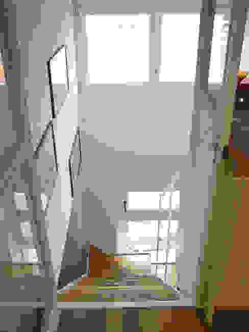 Pasillos, vestíbulos y escaleras de estilo moderno de ARCHITETTO MARIANTONIETTA CANEPA Moderno