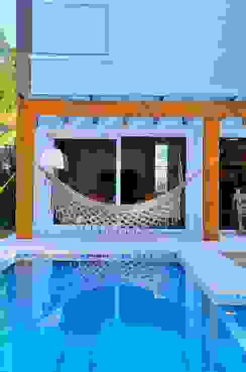 Detalhe da pergola junto à piscina ARQ Ana Lore Burliga Miranda Balkon, Beranda & Teras Modern