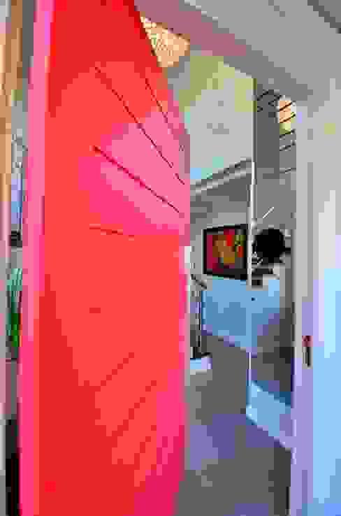 Porta principal pivotante vermelha من ARQ Ana Lore Burliga Miranda حداثي