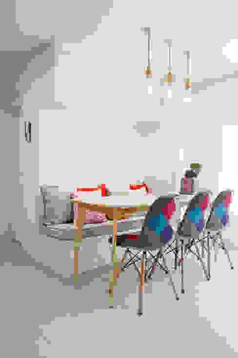 Salas / recibidores de estilo  por 퍼스트애비뉴, Moderno