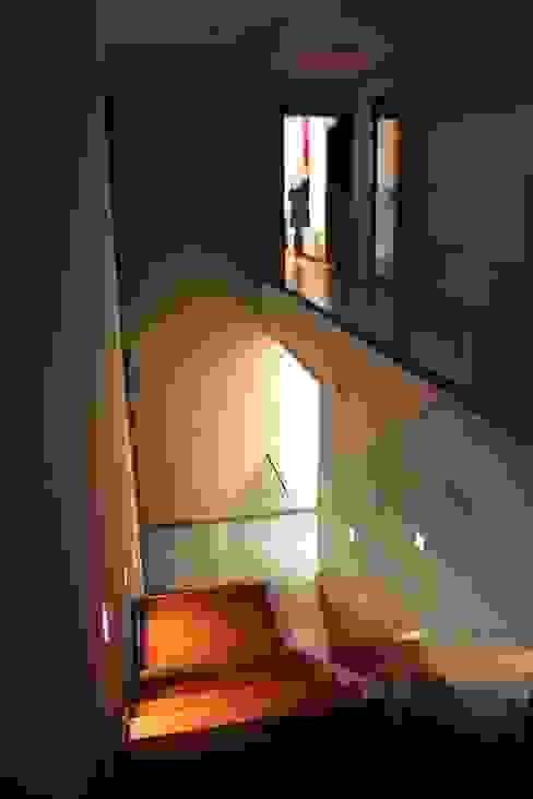 Коридор, прихожая и лестница в модерн стиле от ESTUDIO P ARQUITECTO Модерн Дерево Эффект древесины