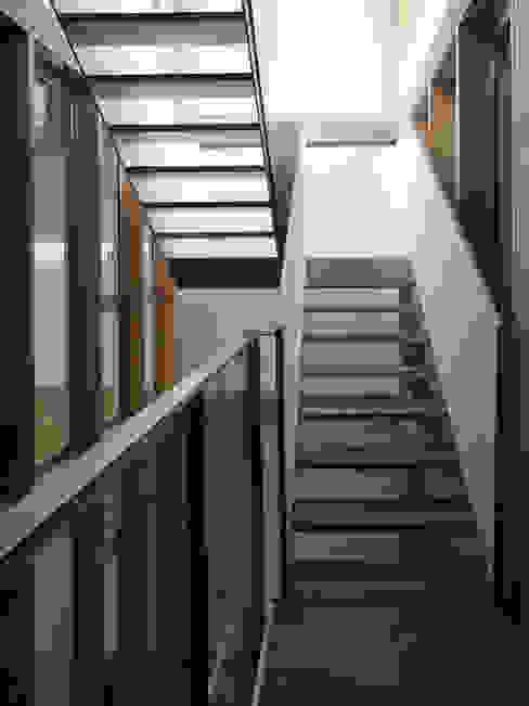 VIVIENDA EN CASTELLAR Pasillos, vestíbulos y escaleras de estilo moderno de daia arquitectes slp Moderno
