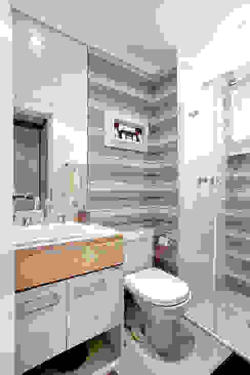 Eclectic style bathroom by Adriana Pierantoni Arquitetura & Design Eclectic