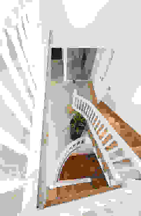 Reforma integral de una villa situada en Mallorca Pasillos, vestíbulos y escaleras de estilo moderno de ISLABAU constructora Moderno