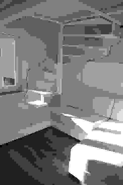 Scala in acciaio Ingresso, Corridoio & Scale in stile moderno di Mangodesign Moderno