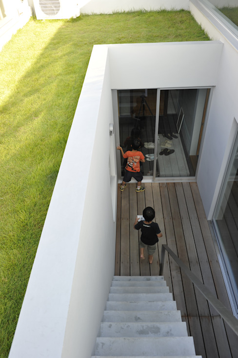 Minimalist balcony, veranda & terrace by 久安典之建築研究所 Minimalist Solid Wood Multicolored