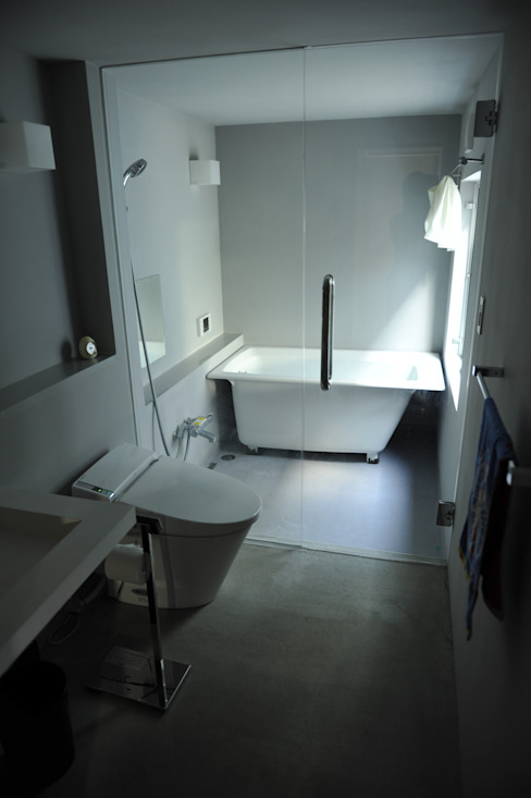Minimalist style bathroom by 久安典之建築研究所 Minimalist Glass