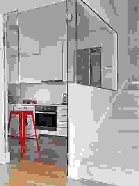 LOFT IN MADRID 2013 Pasillos, vestíbulos y escaleras de estilo moderno de BELEN FERRANDIZ INTERIOR DESIGN Moderno