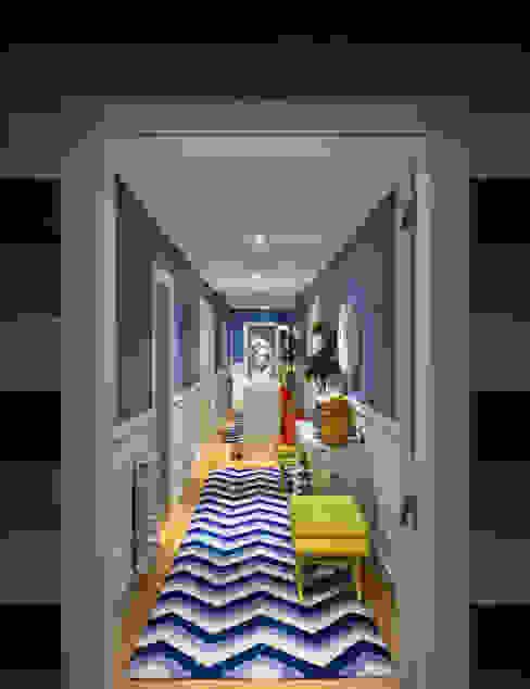 現代風玄關、走廊與階梯 根據 Prego Sem Estopa by Ana Cordeiro 現代風