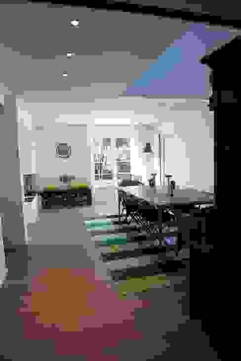 Sala da pranzo moderna di Ad Hoc Concept architecture Moderno