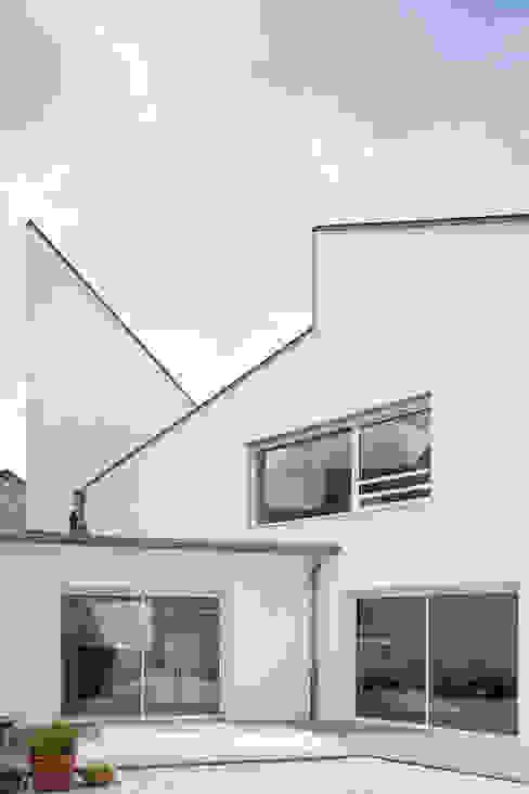 De larges volumes sur le jardin Maisons minimalistes par homify Minimaliste