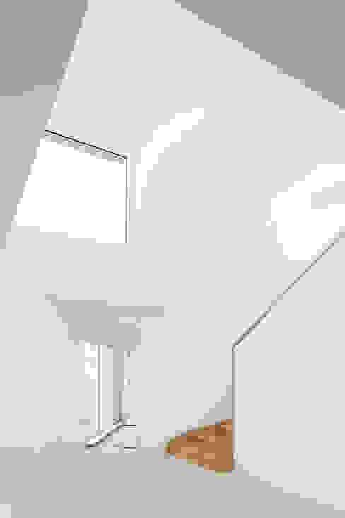 Départ vers la mezzanine Couloir, entrée, escaliers minimalistes par homify Minimaliste Bois Effet bois