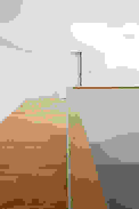 Vers la chambre d'amis Couloir, entrée, escaliers minimalistes par homify Minimaliste Bois Effet bois