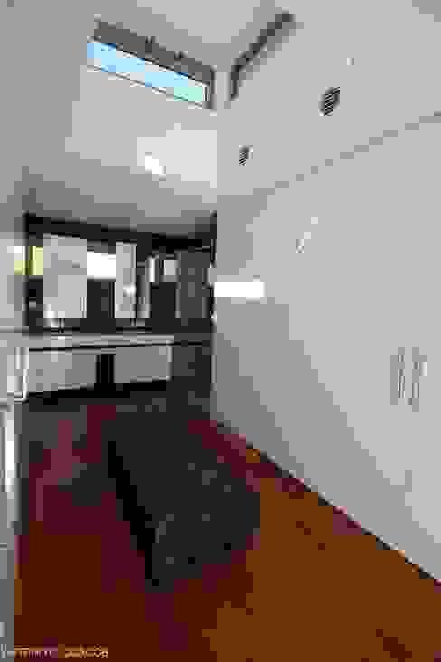 Vestidores de estilo moderno de Castello-Branco Arquitectos, Lda Moderno
