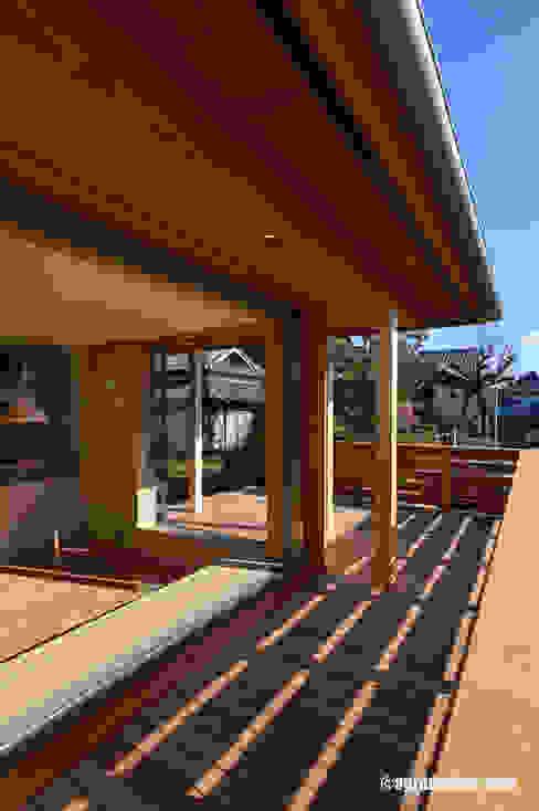 軒の深い、開放的な空間: アグラ設計室一級建築士事務所 agra design roomが手掛けた家です。,オリジナル 木 木目調