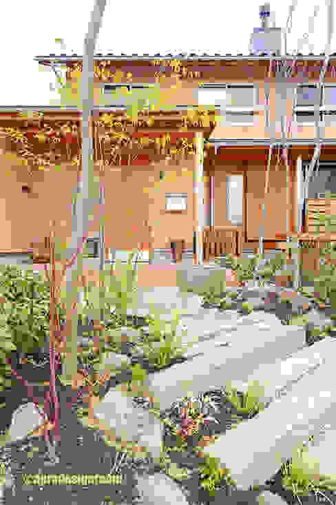 古材で庭: アグラ設計室一級建築士事務所 agra design roomが手掛けた庭です。,オリジナル