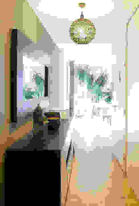Une entrée dépaysante Couloir, entrée, escaliers coloniaux par homify Colonial Bois Effet bois