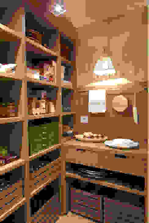 Interior de la despensa Cocinas eclécticas de DEULONDER arquitectura domestica Ecléctico