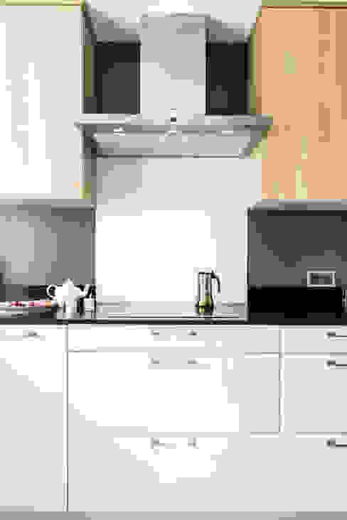 Coté cuisson avec sa crédence en verre laqué MJ Home Cuisine moderne