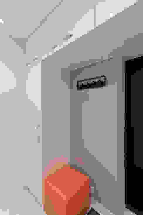 Pasillos, vestíbulos y escaleras minimalistas de Rustem Urazmetov Minimalista