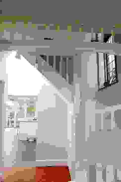 Ground Floor Extension, Hilton Ave Modern corridor, hallway & stairs by London Building Renovation Modern