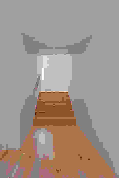 Moinhos da Corga : Corredores e halls de entrada  por Escritorio de arquitetos,