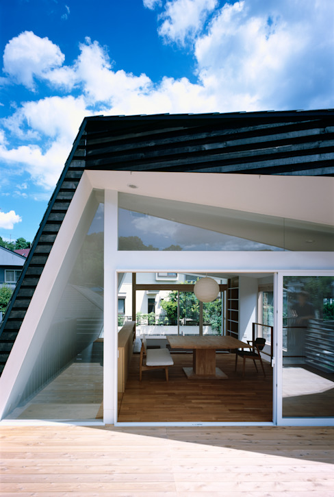 Modern balcony, veranda & terrace by 向山建築設計事務所 Modern Wood Wood effect