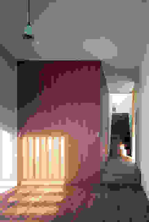 Детская комната в стиле модерн от 向山建築設計事務所 Модерн Дерево Эффект древесины