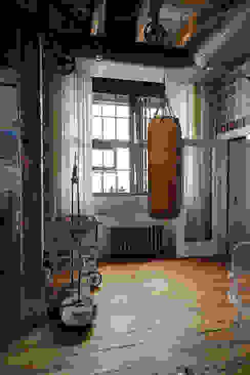 Gimnasios en casa de estilo industrial de Lev Lugovskoy Industrial