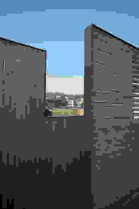 mom's house: 건축사사무소 moldproject의  베란다,모던 우드 우드 그레인