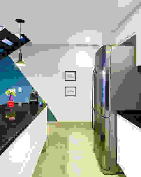 Cozinha branca e preta com destaque na pintura da parede Studio ML Cozinhas modernas Branco