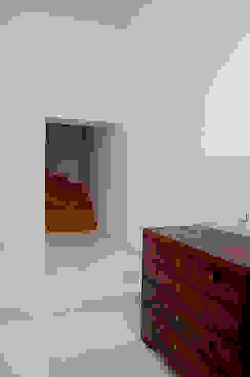 Renovação de apartamento na Junqueira: Corredores e halls de entrada  por Borges de Macedo, Arquitectura.