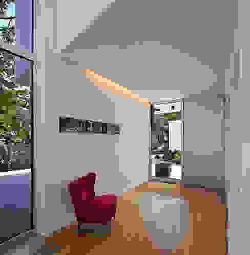Nowoczesny korytarz, przedpokój i schody od Marcus Hofbauer Architekt Nowoczesny