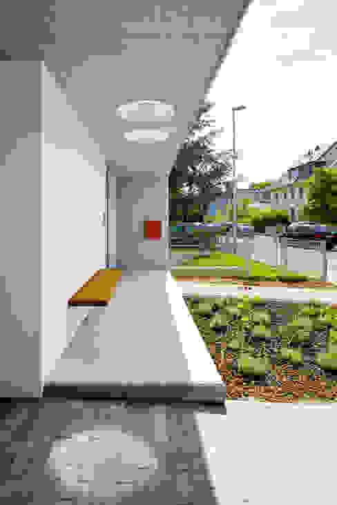 Eingangsbereich mit Sitzbank Moderne Häuser von Marcus Hofbauer Architekt Modern