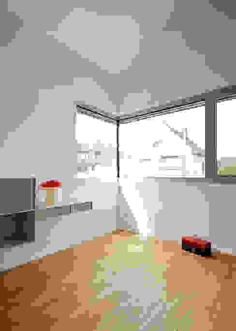 Kinderzimmer mit offenem Dach Moderne Kinderzimmer von Marcus Hofbauer Architekt Modern