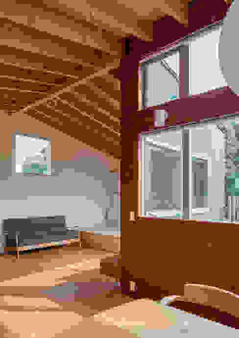 Moderne woonkamers van 萩原健治建築研究所 Modern