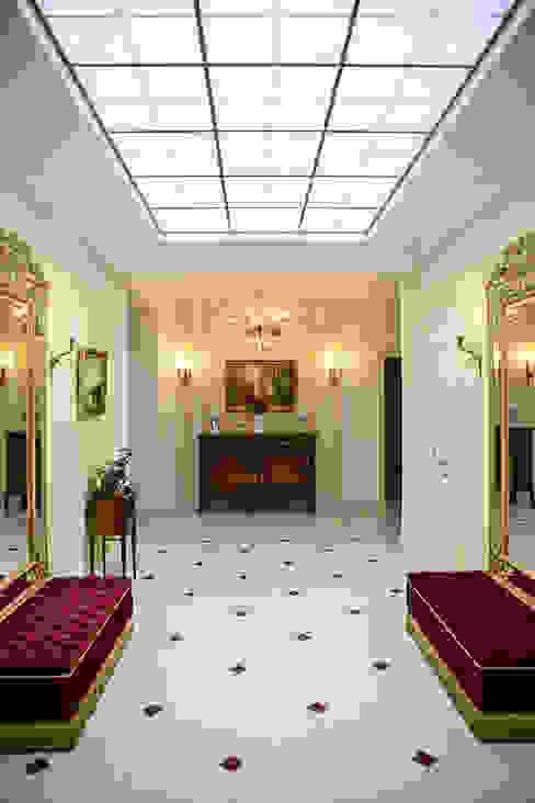 Pasillos, vestíbulos y escaleras de estilo clásico de Designer Olga Aysina Clásico