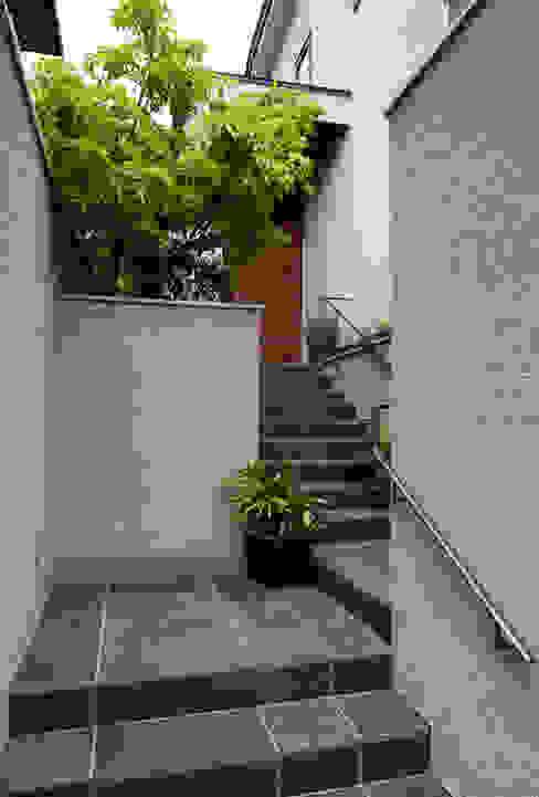 Jardines de estilo moderno de 向山建築設計事務所 Moderno