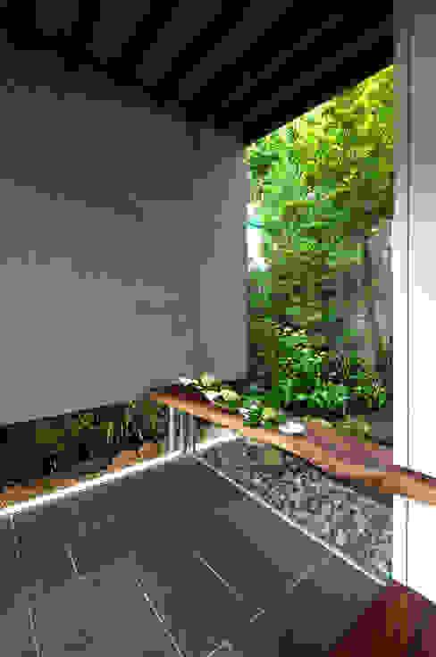 Moderne Wände & Böden von 向山建築設計事務所 Modern