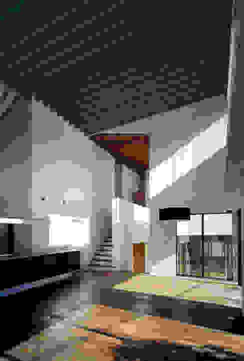 Modern dining room by 向山建築設計事務所 Modern