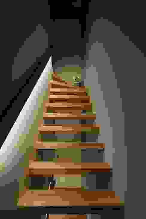 Nowoczesny korytarz, przedpokój i schody od 向山建築設計事務所 Nowoczesny