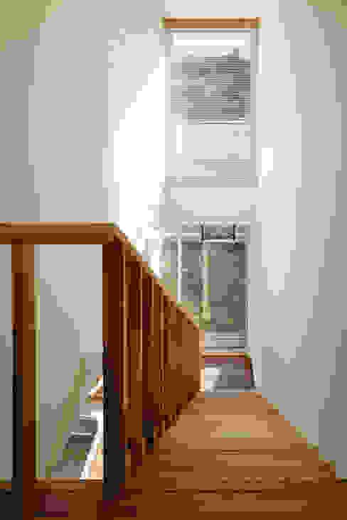 Modern corridor, hallway & stairs by 向山建築設計事務所 Modern