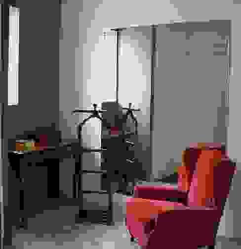 Minimalist dressing room by Kika Prata Arquitetura e Interiores. Minimalist