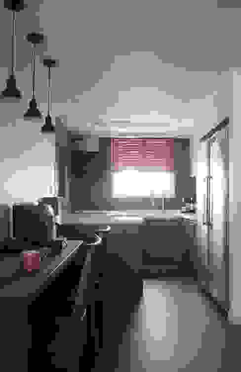 화이트와 그레이의 깔끔한 주방 모던스타일 다이닝 룸 by 마르멜로디자인컴퍼니 모던