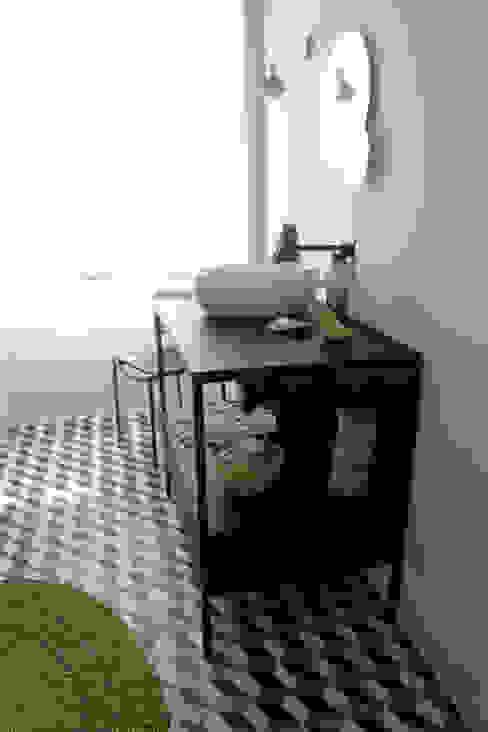 Cumeada Casas de banho ecléticas por Consigo Interiores Eclético