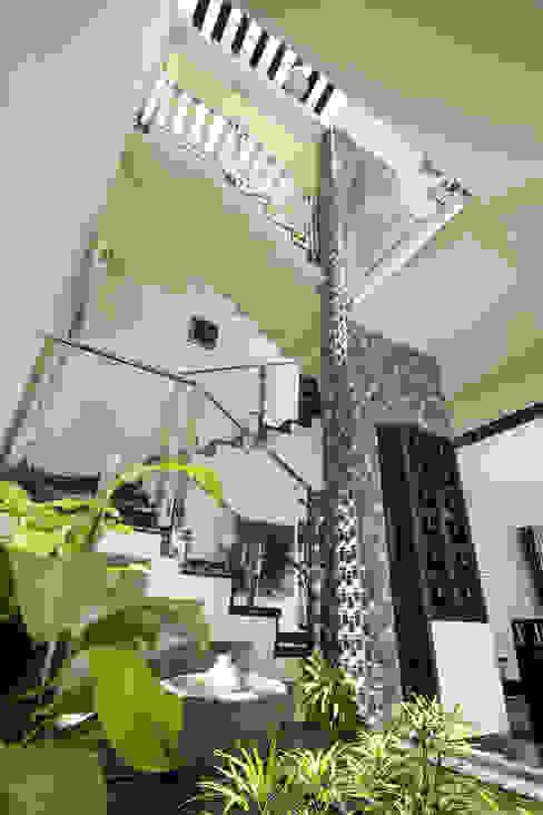 Pasillos, vestíbulos y escaleras de estilo ecléctico de Sanskriti Architects Ecléctico